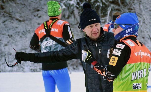 Toni Roponen antoi Matti Heikkiselle ohjeita viime kauden Tour de Skillä.