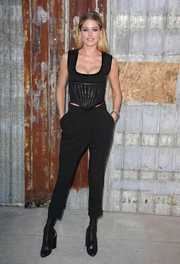 Doutzen Kroes katsasti Givenchyn kevätmalliston korsetin ja suorien housujen yhdistelmässä.