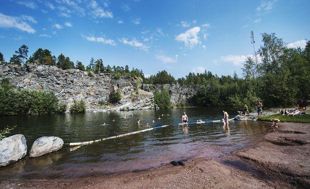 Porin Ruosniemi on suosittu uimaranta, jonka kallioille nuorilla on tapana kerääntyä viettämään kesäiltoja.