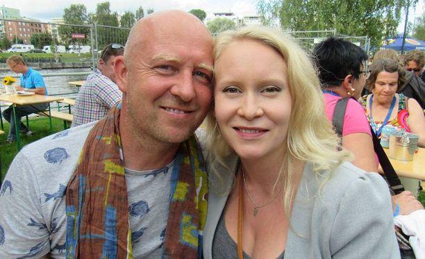 Julkkiskokki Stefan ja Riikka saavat lapsen lokakuussa. Stefan on muuttamassa pysyvästi Kaliforniasta Suomeen Suonenjoelle, kun hänen äitinsä jätti talon pojalleen.