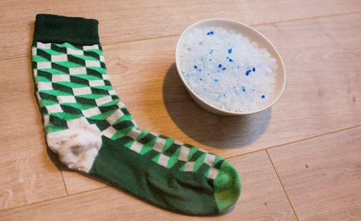 Kosteudenpoistaja syntyy sukasta ja kissanhiekasta. Lukijamme mukaan myös karkea merisuola ajaa saman asian.