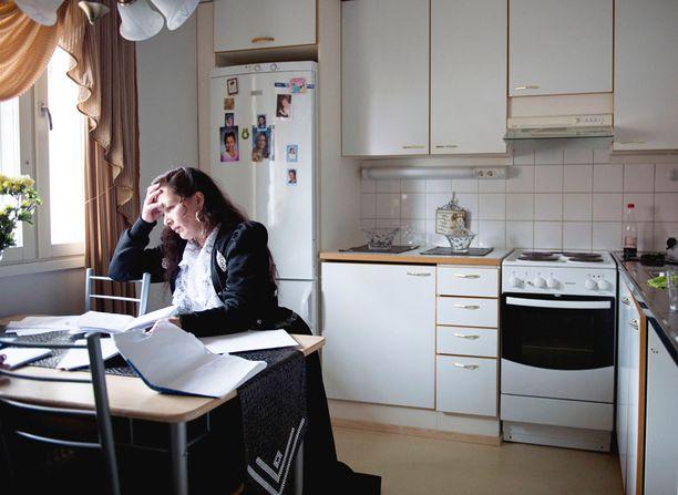 Paula Lindeman on varma, että perheen sairastelu johtuu kodin kosteusongelmista. Perhe haluaa toisen kodin.
