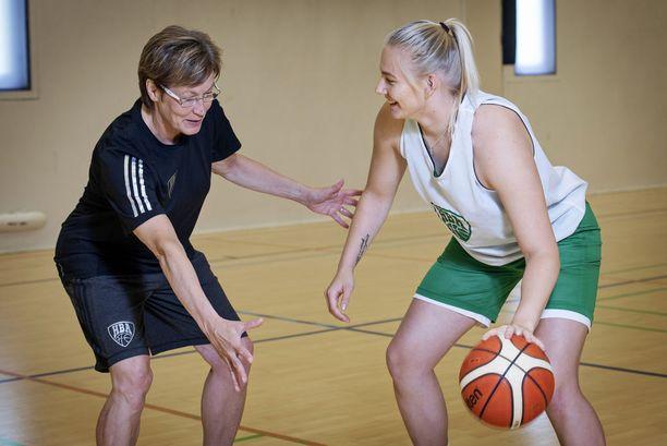HBA:n joukkueenjohtaja Lea Hakala ja kapteeni Elina Arike.