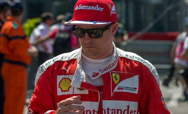 Mercedes-talli toivoi Kimi Räikköselle halihoitoa.