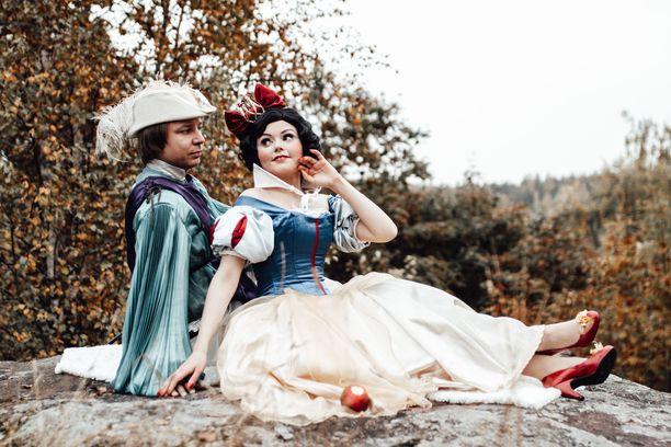 Milja Lumikkina oman prinssinsä, miehensä Teron kanssa.