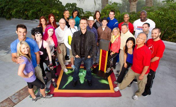 Phil Keoghan (keskellä) on juontanut sarjaa alusta asti. Kuvassa 18. tuotantokauden kilpailijoita.