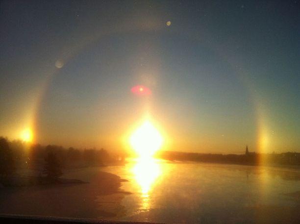 Rovaniemellä halo muodosti selvän kaaren. Auringon yläpuolella näkyvä punainen läikkä on kameran linssin synnyttämä heijastus.