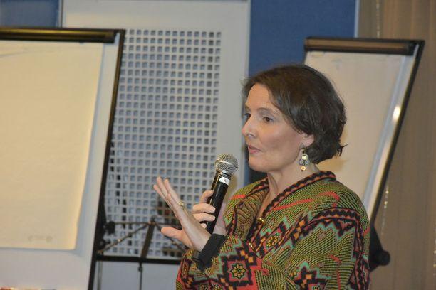 Liikenne- ja viestintäministeri Anne Berner (kesk) sai keskustan kuntavaaliristeilyllä keskustalaisilta sekä moitteita että kehuja liikenneverkkohankkeesta.