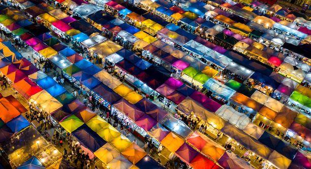 Srinakharin Train Market -yömarkkinoiden värikkäitä kojuja.