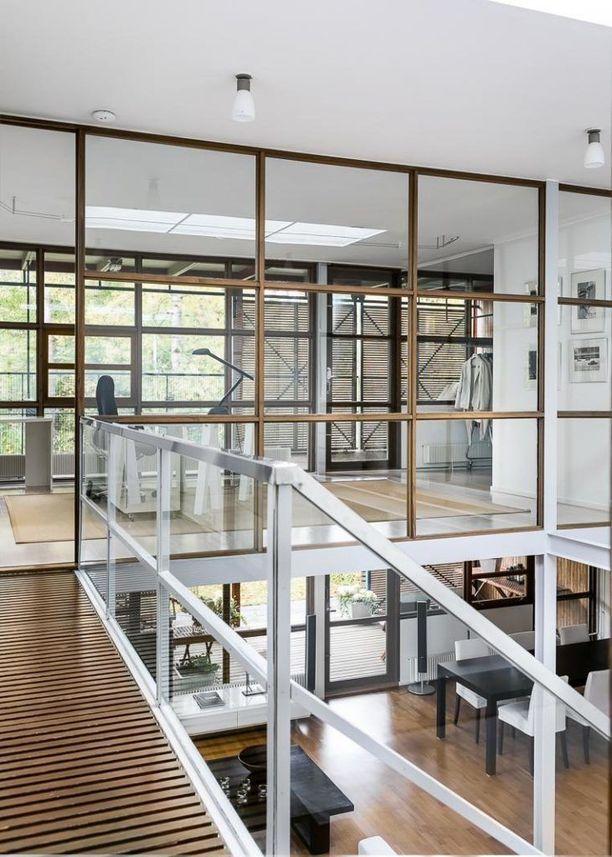 Asunto on leikittelevän minimalistinen ja yksityiskohdat on suunniteltu tarkasti. Ikkunapinnoilla toistuvt geometriset kuviot. Talossa on sekä avokonttorin että taidegallerian tuntua. Talo on monien nykykotien inspiraatiolähde.