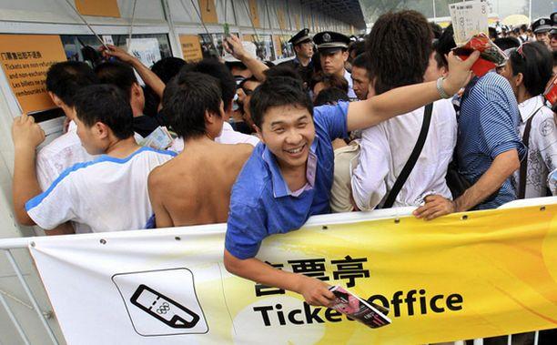 HYMY HERKÄSSÄ Kiinalaismies esitteli taitouintiin saamiaan lippuja.