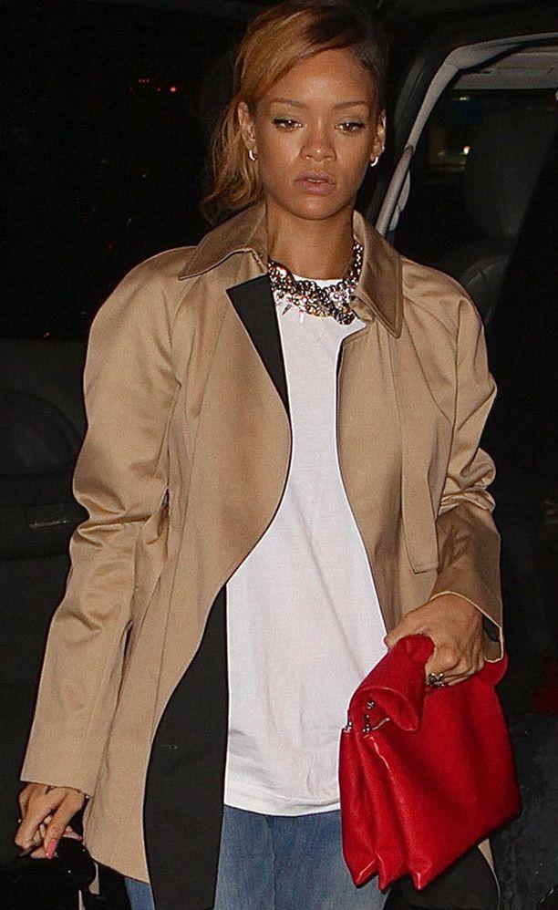 Rihanna on muotitalo Célinen tyttöjä. Hänen punainen Céline-laukkunsa maksaa noin 1600 euroa.