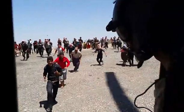 Isisin vainoamat Jesidi-pakolaiset ryntäävät avustushelikopteriin, jolla oli mukana itävaltalaispoliitikko Michel Reimon.