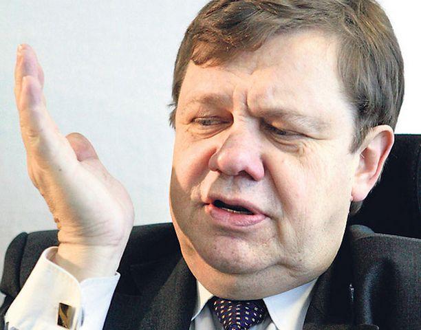 Finnairin hallituksen puheenjohtajan Christoffer Taxellin kannattaisi puhaltaa poikki laukkupeli Helsinki-Vantaalla.