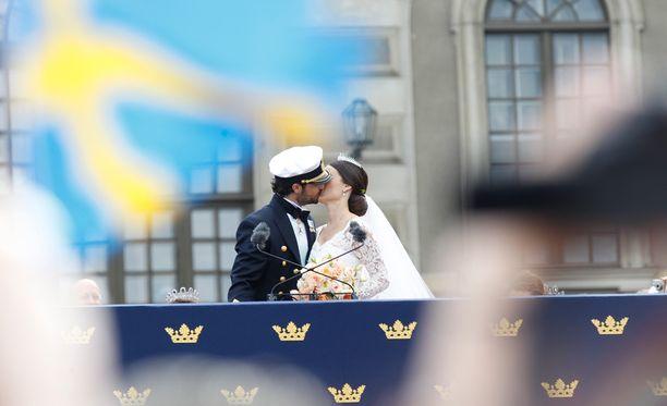 Kansa vaati parilta suukkoa, ja Carl Philip ja Sofia toteuttivat toiveen.