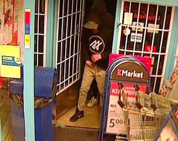 Toinen miehistä uhkasi myyjää aseella, toisella oli kädessään jonkinlainen teräase.