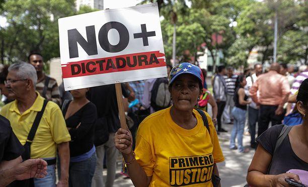 Venezuelassa on nähty laajoja mielenosoituksia sen jälkeen, kun korkein oikeus otti torstaina lainsäädäntövallan itselleen parlamentilta.
