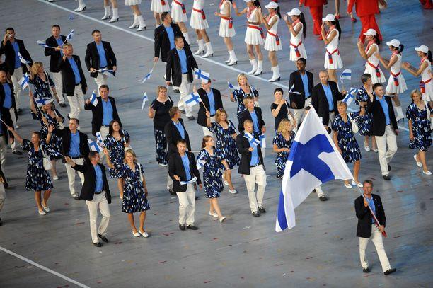 Juha Hirvi kantoi lippua Pekingin olympialaisissa.