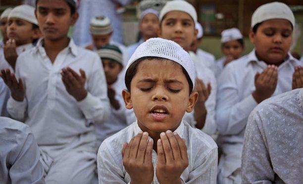 Intiassa asuvat muslimilapset rukoilivat kuolleiden puolesta Ahmadabadissa.