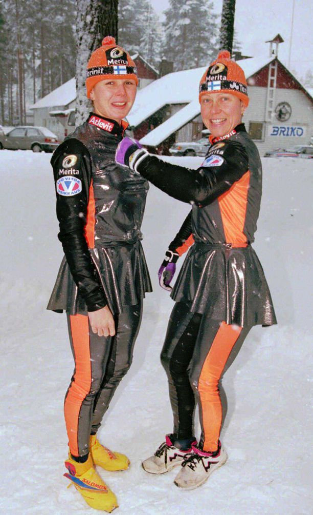 Tuulikki Pyykkönen (oik.) ja Kati Pulkkinen esittelivät naisjoukkueen kilpa-asun marraskuussa 1995.