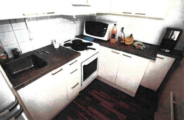 Poliisi teki ensimmäisen kotietsinnän sarjakuristajan asuntoon kuudes päivä toukokuuta. Kuva keittokomerosta.