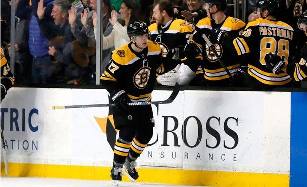 Ryan Donato käväisi paukuttamassa NHL-tehot 1+2 ja karkasi heti koulun penkille.
