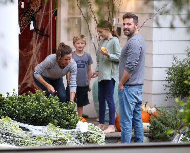 Jennifer Garner, Samuel Affleck, Seraphina Affleck ja Ben Affleck koristelevat pihaa pelottavaksi.
