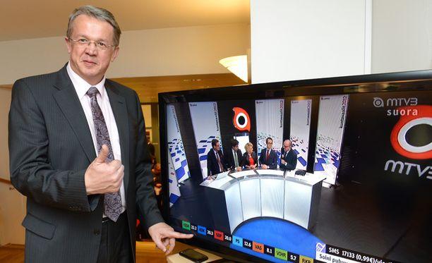 Keskustan varapuheenjohtaja Juha Rehula seuraili ääntenlaskentaa tyytyväisenä ennen Ylen ennustetta.