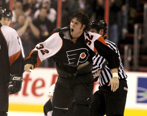 Philadelphia Flyersin Riley Cote tappelun jälkeisessä huumassa vuonna 2008. Taustalla näkyy kontillaan olevan vastustaja Mike Rupp.