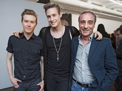 Muotisuunnittelija Mert Otsamon (keskellä) rakkaimmat ovat isä Hühnu Inalli ja avomies, stylisti ja hiustaiteilija Tom Wennerstrand.