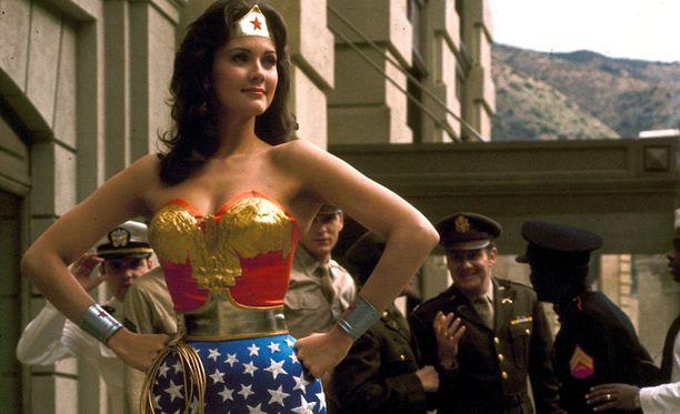 """Linda Carterin näyttelemä Ihmenainen uhkuu voimaa """"power posensa"""" ansiosta."""