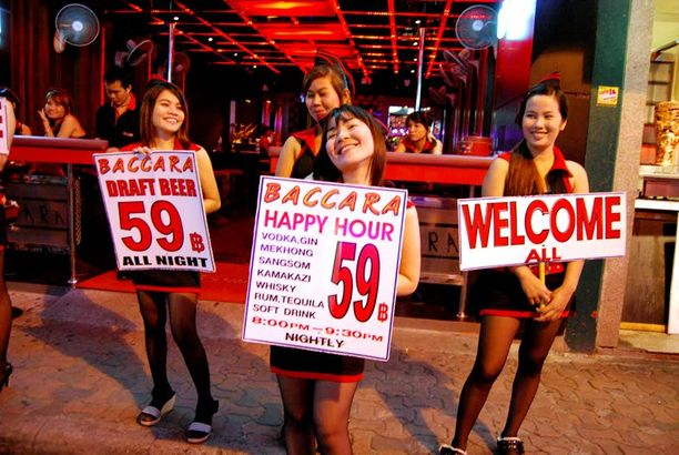 Kilpailu asiakkaista on ankaraa, sillä Pattayan keskusta on täynnä tyttöbaareja ja -klubeja.