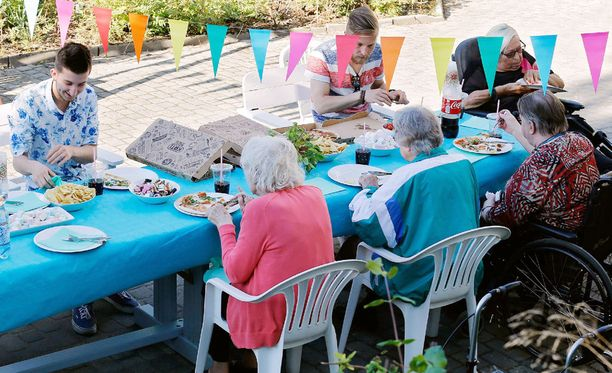 Pitsa, kokis ja juttuseura saavat sekä nuoret että vanhat asukkaat hyvälle tuulelle.