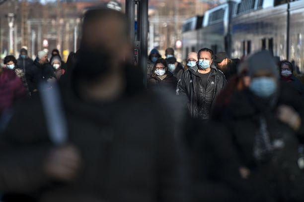 Hallitus päätyi suosittelemaan maskien käyttöä vasta myöhemmässä vaiheessa epidemiaa.