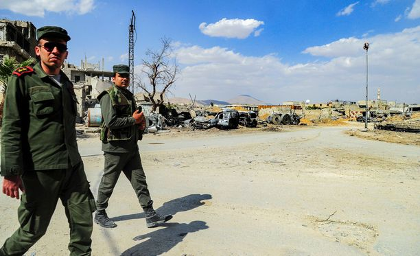 Syyrian valtion uutistoimiston julkaisema kuva syyrialaispoliiseista partioimassa eilen Doumassa.