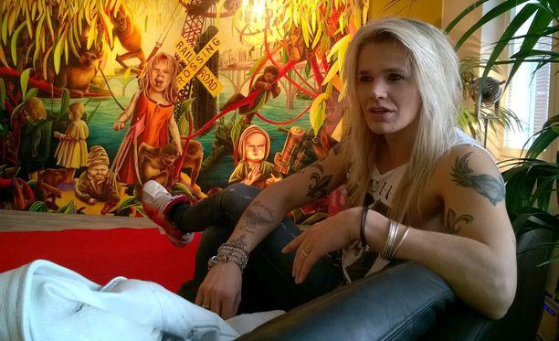 Olli Herman halusi sisustamansa asunnon katseenvangitsijaksi Minna Jatkolan maalauksen. Herman on kuvataiteen keräilijä.