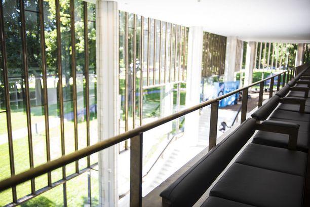 Luonto tulvii teatteritalon sisään valtavista ikkunoista.