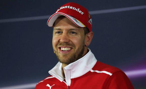Sebastian Vetteliä nauratti fanien tekemä lakana.