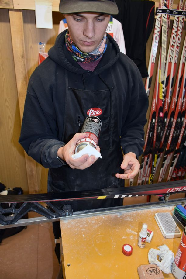 Rexin testaaja Chris Hecker kaataa ainetta pullosta liinaan.