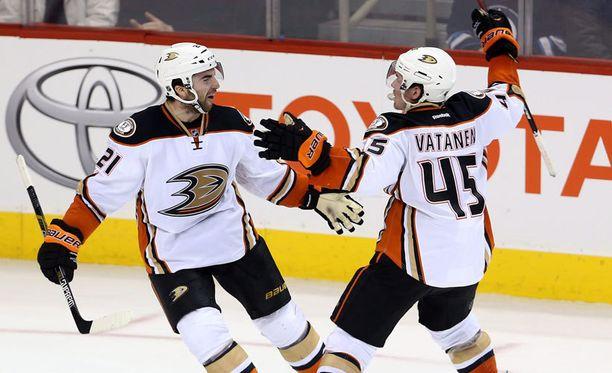 Sami Vatanen onnitteli Kyle Palmieria ottelun voittomaalista.