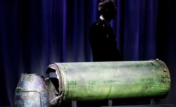 Osa Buk-ohjuksesta, jolla MH17 ammuttiin alas, esiteltiin JIT-tutkimusryhmän tiedotustilaisuudessa torstaina.