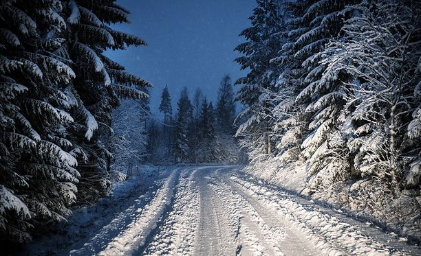 Ilmatieteen laitoksen mukaan lunta satoi läntisessä Suomessa torstaina monin paikoin jopa parisenkymmentä senttiä.