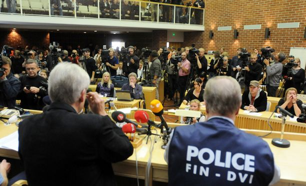 Poliisin järjestämässä tiedotustilaisuudessa oli runsaasti median edustajia.