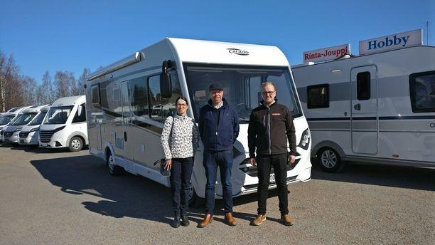 Irja ja Heikki Kinnunen löysivät haluamansa asuntoauton Kempeleen Rinta-Joupin myyjän Samppa Vänttilän avustuksella.