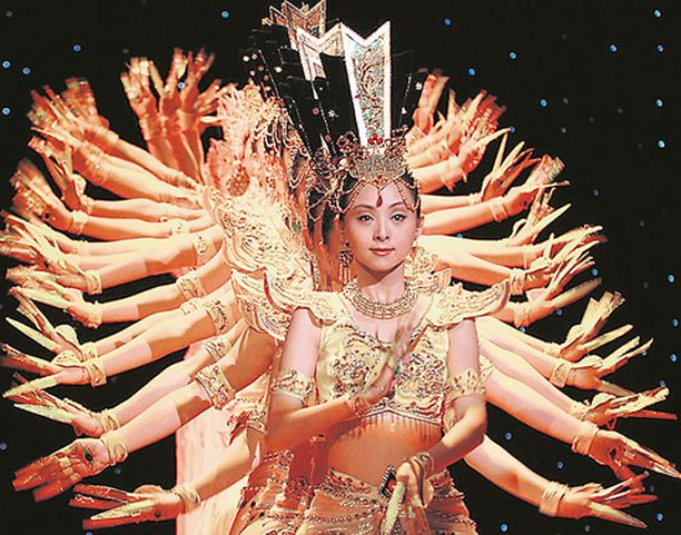 KÄTTÄ PÄÄLLE Kiinalaisista kuulovammaisista koostuva tanssiryhmä on tehnyt viittomakielestä taidetta. Kuva panee tosin epäilemään, että kyse on suoranaisesta puheripulista.