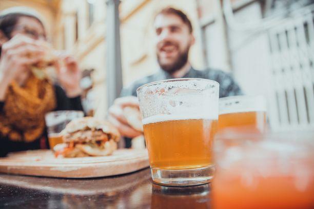 Alkoholi ja rasvainen ruoka kuuluvat monella yhteen, viimeistään illan päätteeksi.