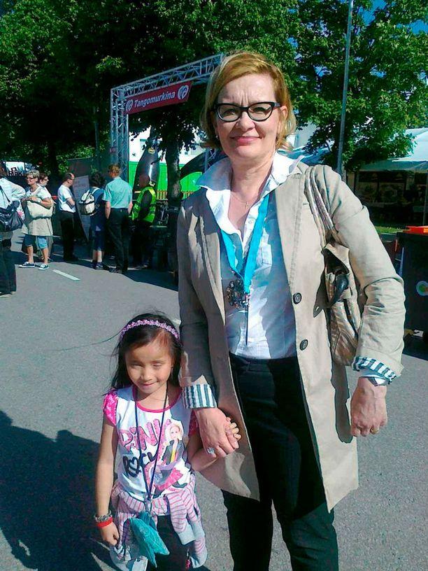 Paula Risikko nautiskeli Tangomarkkinoilla yhdessä Aino-tyttärensä kanssa.
