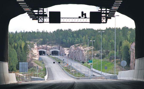 HIDASTA HOMMAA Tunneleiden turvajärjestelmien asentaminen ja testaaminen viivyttää edelleen viikkokaupalla Turun ja Helsingin välisen moottoritien viimeisen osuuden avaamista.