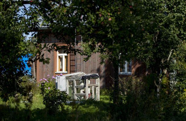 Paikalle ensimmäiseksi hälytetyllä poliisipartiolla ei ollut ennakkoon tietoa, että talossa riehunut mies onkin aseistautunut.