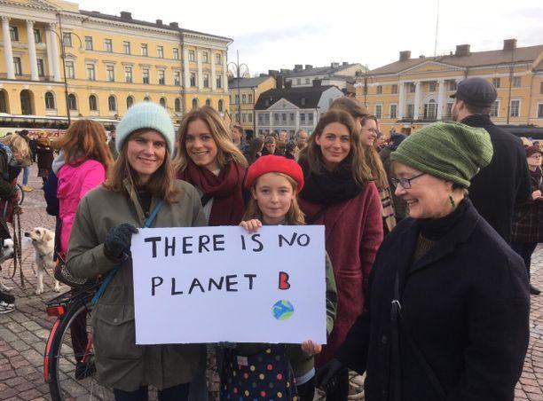 Helsinkiläisperhe muistutti plakaatillaan, että planeetta B:tä ei ole. Eturivissä vasemmalta oikealle Jenny Lucander, Juni Holm ja Mona Lucander. Takarivissä Ylva Lucander ja Jenna Brandt